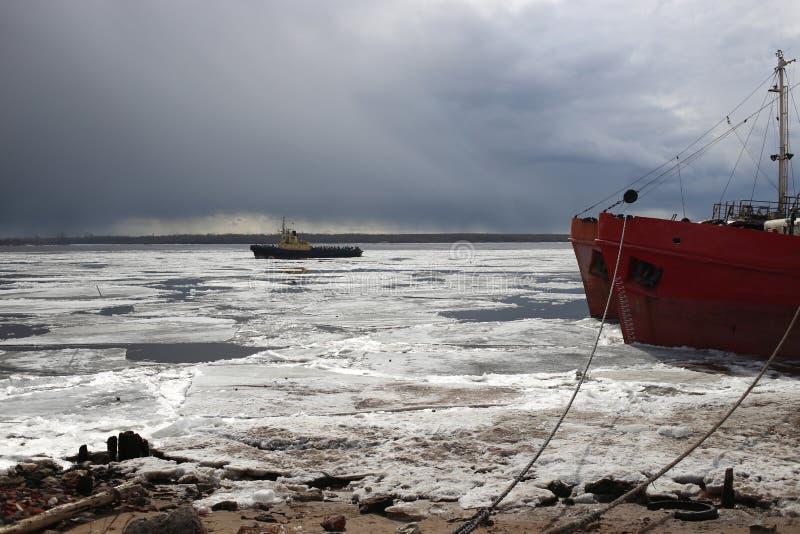 Ciérrese para arriba del barco del hielo de deriva en Arkhangelsk fotos de archivo