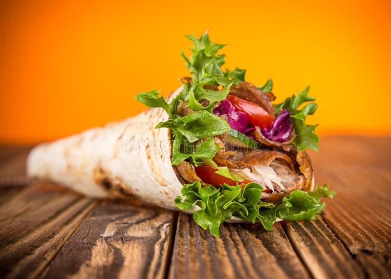 Ciérrese para arriba del bocadillo del kebab imagenes de archivo