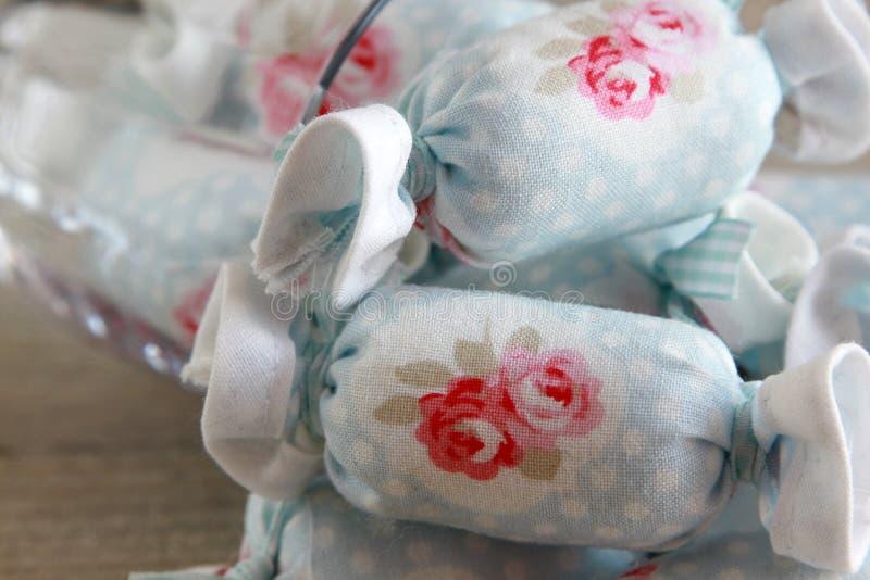 Ciérrese para arriba del caramelo de algodón para la decoración interior en copa de vino imágenes de archivo libres de regalías