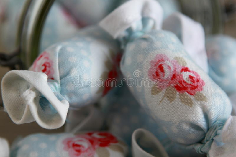 Ciérrese para arriba del caramelo de algodón para la decoración interior en vidrio del tarro fotos de archivo libres de regalías