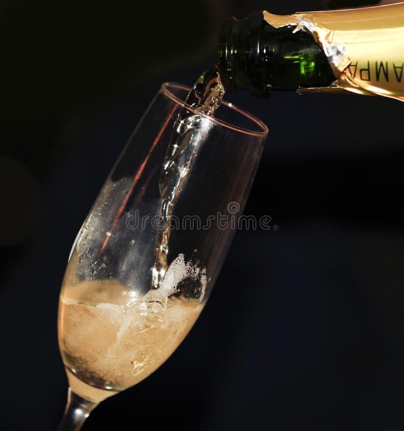 Ciérrese para arriba del champán de colada fotos de archivo libres de regalías