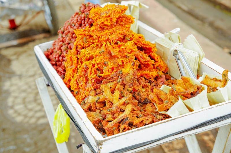 Ciérrese para arriba del cocada, un postre tradicional del coco vendido generalmente en las calles, hechas del coco y del azúcar  fotografía de archivo