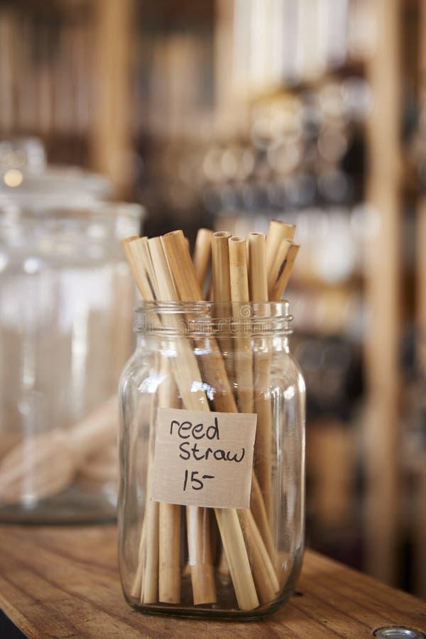 Ciérrese para arriba del colmado libre plástico de Reed Drinking Straws In Sustainable fotografía de archivo