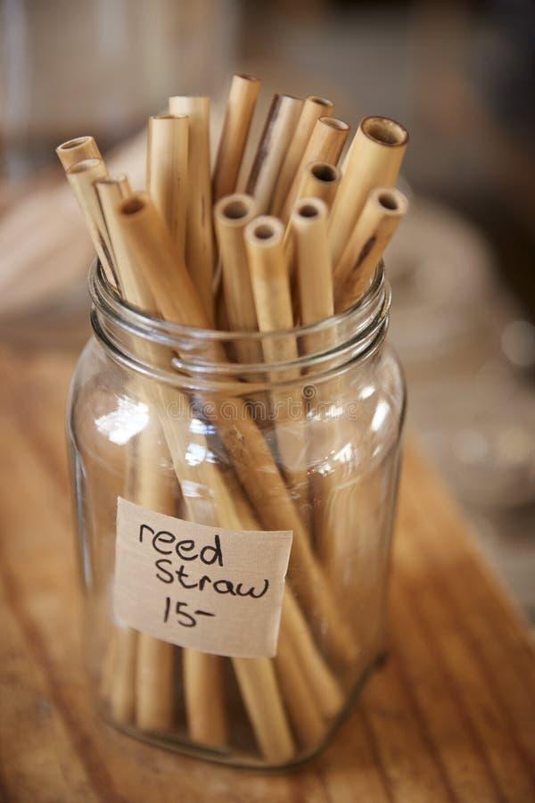 Ciérrese para arriba del colmado libre plástico de Reed Drinking Straws In Sustainable foto de archivo