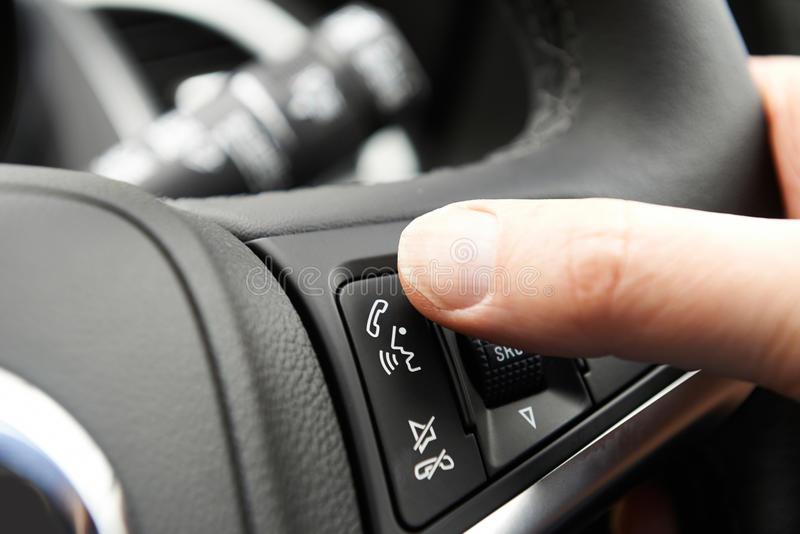 Ciérrese para arriba del control de Bluetooth del coche del presionado a mano en la dirección Whee foto de archivo libre de regalías