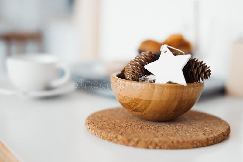 Ciérrese para arriba del cuenco con los conos del pino y el juguete del árbol de navidad fotos de archivo