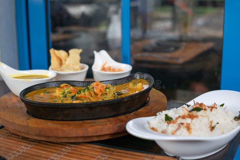 Ciérrese para arriba del curry de los camarones en una cacerola imagen de archivo libre de regalías
