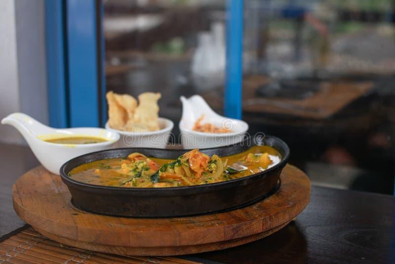 Ciérrese para arriba del curry de los camarones en una cacerola imágenes de archivo libres de regalías
