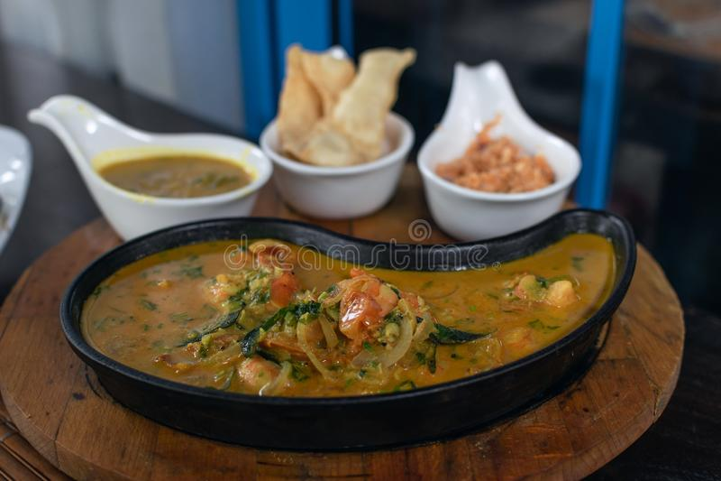 Ciérrese para arriba del curry de los camarones en una cacerola imagen de archivo