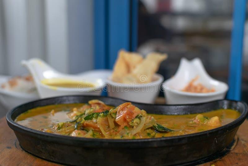 Ciérrese para arriba del curry de los camarones en una cacerola imagenes de archivo