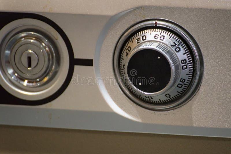 Ciérrese para arriba del dial clásico de la cerradura de combinación en la caja segura imágenes de archivo libres de regalías