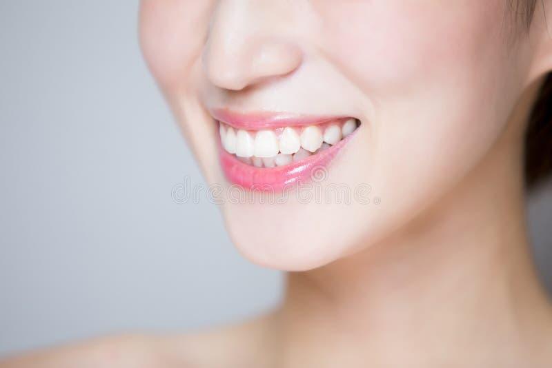 Ciérrese para arriba del diente de la mujer foto de archivo