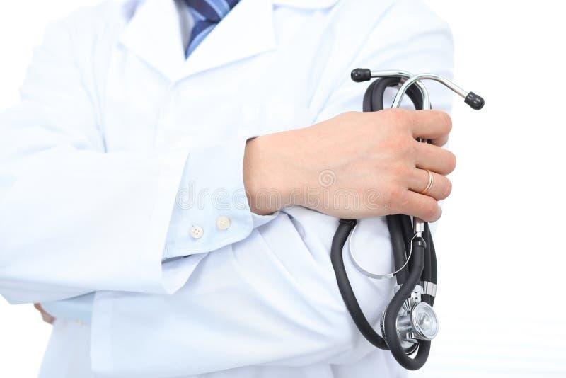 Ciérrese para arriba del doctor de sexo masculino desconocido que se coloca recto mientras que sostiene el estetoscopio Concepto  imágenes de archivo libres de regalías