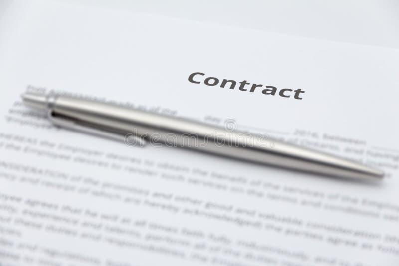 Ciérrese para arriba del documento del contrato del negocio con la pluma imagen de archivo
