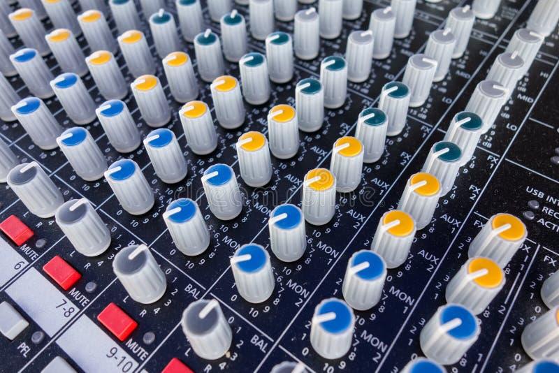 Ciérrese para arriba del equipo de la música para el control del mezclador de sonidos, dispositivo electrónico Panel de control d imagen de archivo