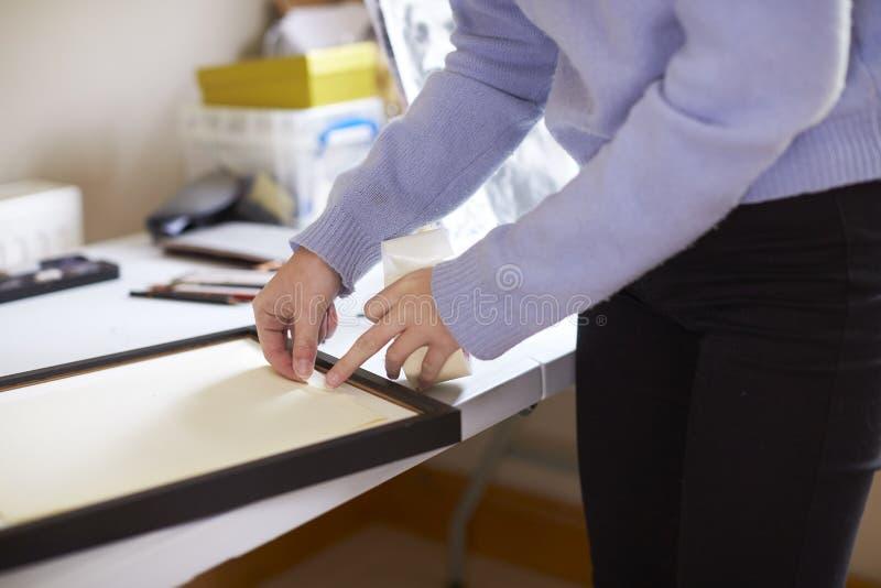 Ciérrese para arriba del estudio adolescente femenino de Framing Picture In del artista foto de archivo libre de regalías