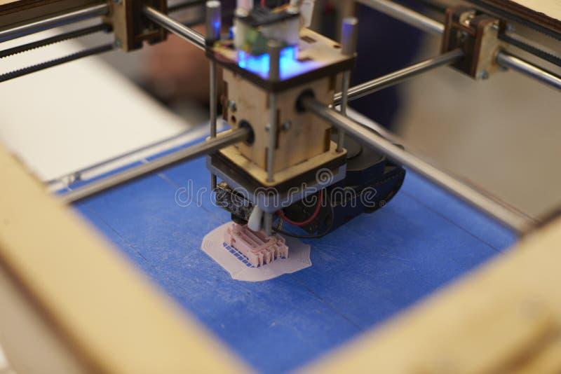 Ciérrese para arriba del estudio de Operating In Design de la impresora 3D fotografía de archivo
