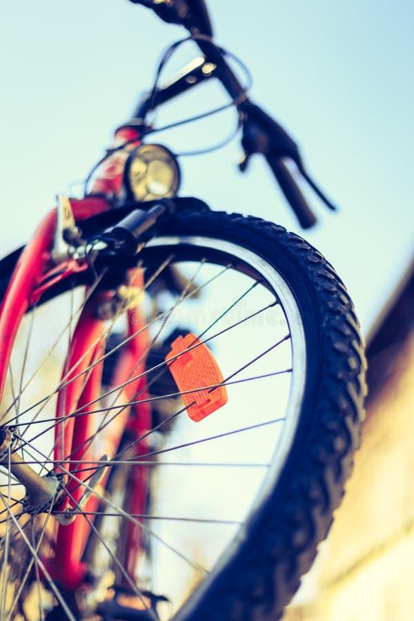 Ciérrese para arriba del exterior de los neumáticos de la bici de montaña, día de verano, movilidad de la ciudad Bici en fondo bo foto de archivo