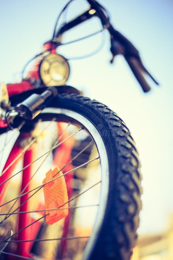 Ciérrese para arriba del exterior de los neumáticos de la bici de montaña, día de verano, movilidad de la ciudad Bici en fondo bo fotos de archivo libres de regalías