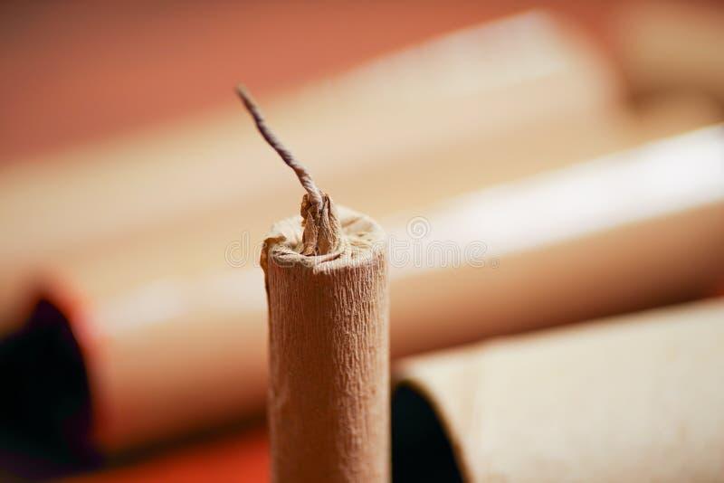 Ciérrese para arriba del foco selectivo de la mecha de petardos marrones en un fondo borroso fotos de archivo libres de regalías