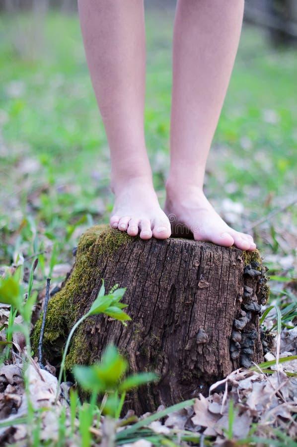 Ciérrese para arriba del funcionamiento de los pies desnudos foto de archivo libre de regalías