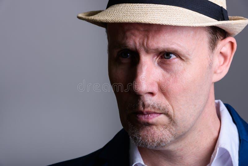 Ciérrese para arriba del hombre de negocios maduro que piensa mientras que mira lejos imagen de archivo