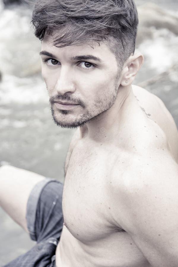 Ciérrese para arriba del hombre joven hermoso del músculo descamisado al aire libre fotografía de archivo