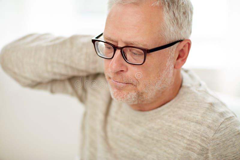 Ciérrese para arriba del hombre mayor que sufre del dolor del cuello fotografía de archivo libre de regalías