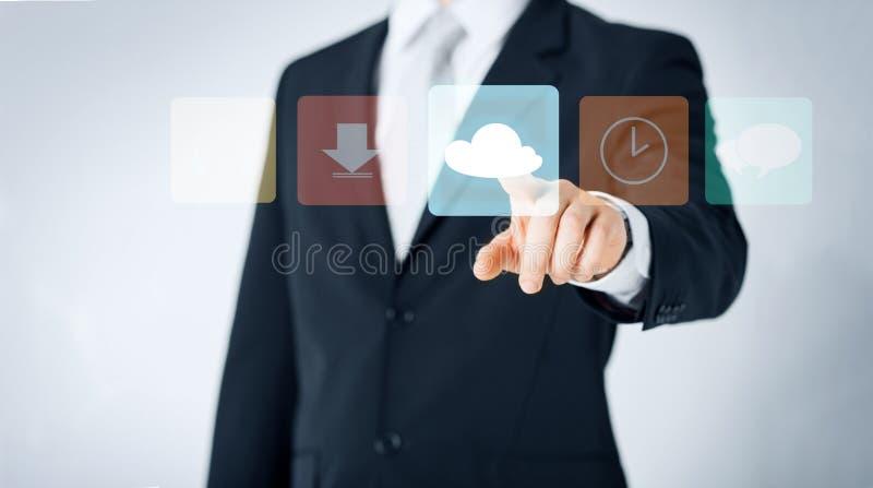 Ciérrese para arriba del hombre que señala el finger al icono de la nube imagen de archivo