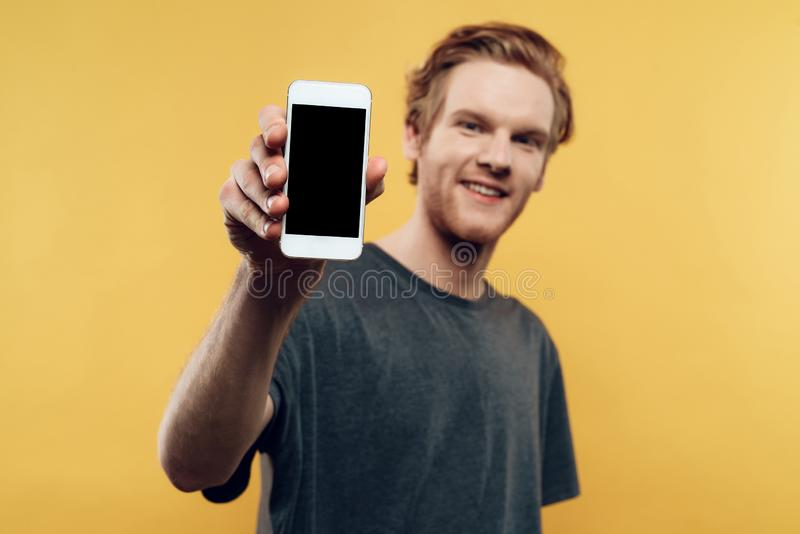 Ciérrese para arriba del hombre sonriente que sostiene Smartphone fotografía de archivo libre de regalías