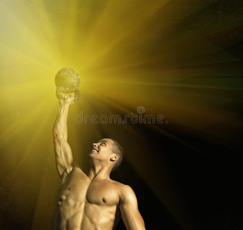 Ciérrese para arriba del individuo muscular del culturista que hace ejercicios con los pesos sobre fondo negro fotografía de archivo libre de regalías