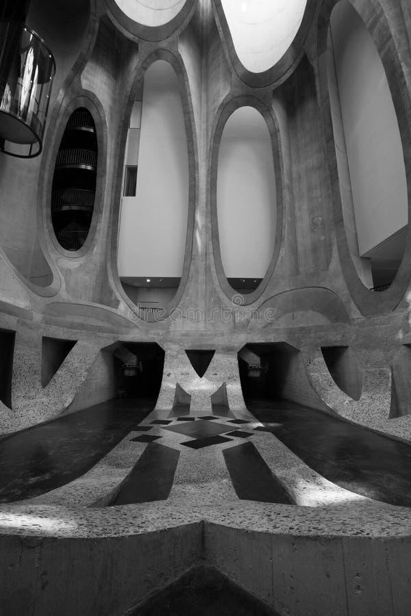 Ci?rrese para arriba del interior del museo de Zeitz Mocaa de Art Africa contempor?neo, en la costa de V&A, Cape Town, Sur?frica fotos de archivo
