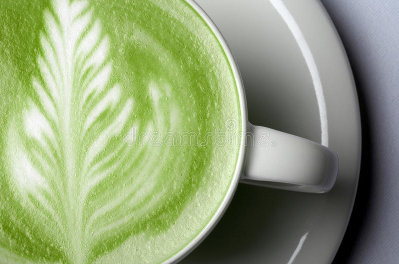 Ciérrese para arriba del latte del té verde del matcha en taza imagen de archivo libre de regalías