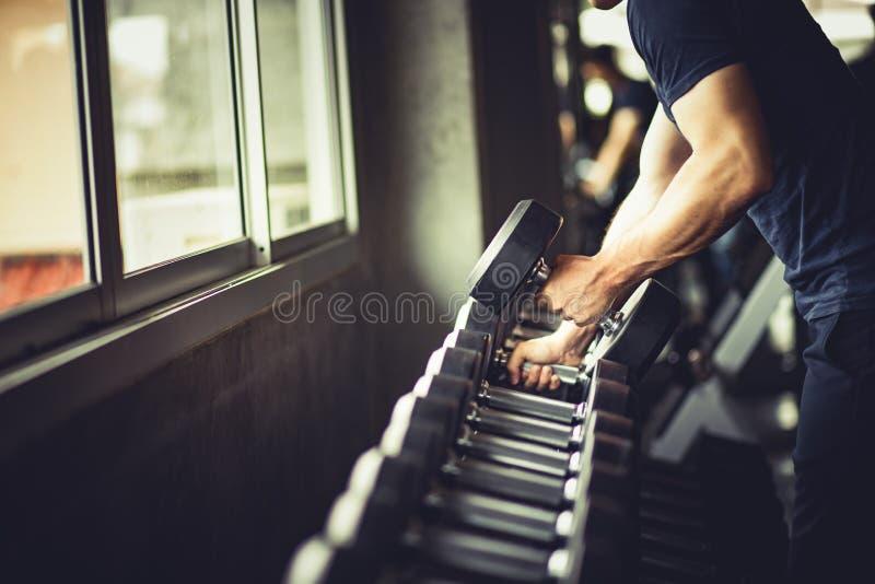 Ciérrese para arriba del músculo grande caucásico de la mano joven del ajuste en ropa de deportes fotos de archivo