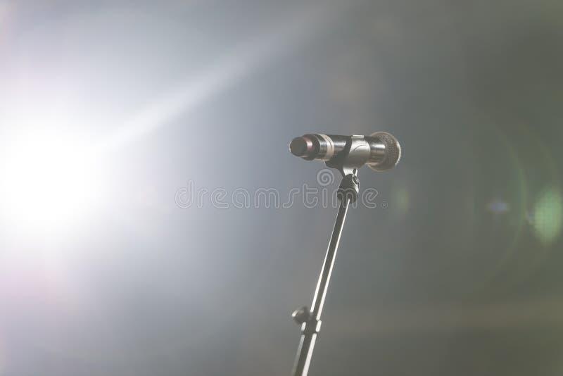 Ciérrese para arriba del micrófono en sala de conciertos o la sala de conferencias imagen de archivo