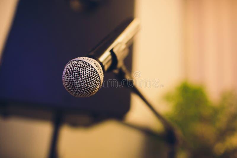 Ciérrese para arriba del micrófono en sala de conciertos o la sala de conferencias imagenes de archivo