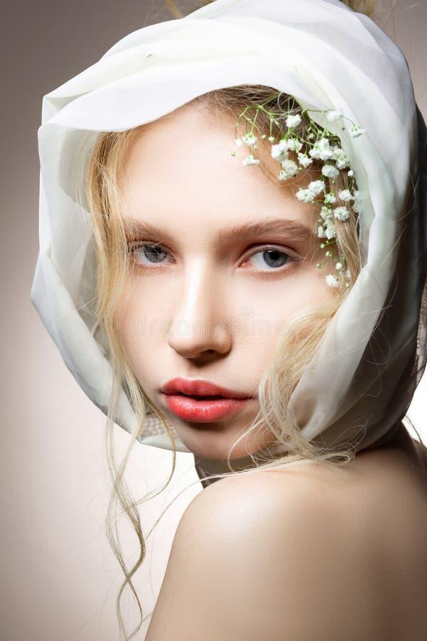 Ci?rrese para arriba del modelo de ojos azules hermoso que presenta para la portada de revista fotografía de archivo libre de regalías