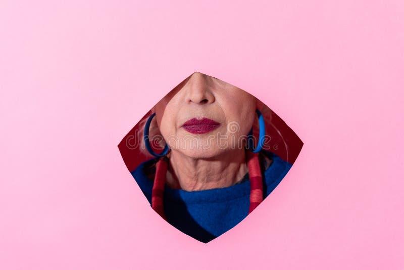 Ciérrese para arriba del modelo maduro que presionando los labios imagen de archivo libre de regalías