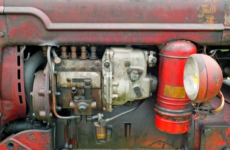 Ci?rrese para arriba del motor de un tractor viejo del vintage con la carrocer?a y el faro oxidados rojos imágenes de archivo libres de regalías