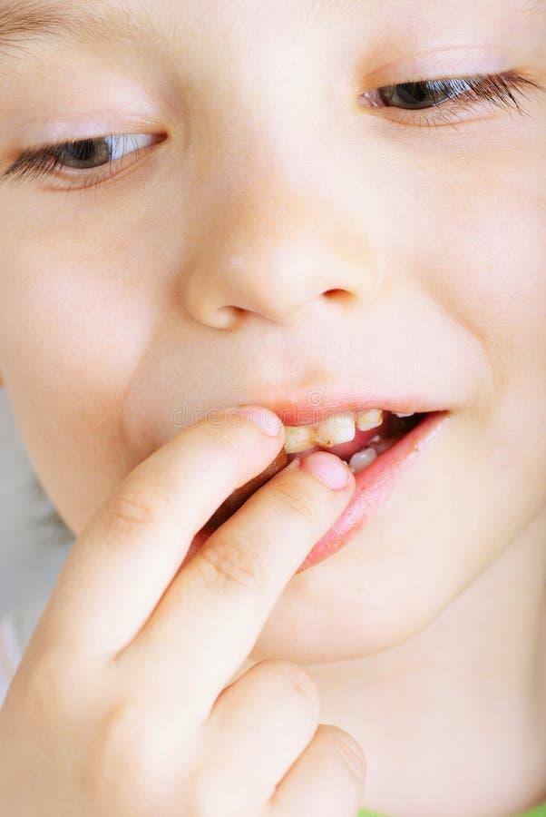 Ciérrese para arriba del muchacho joven que come el chocolate de A imagen de archivo libre de regalías
