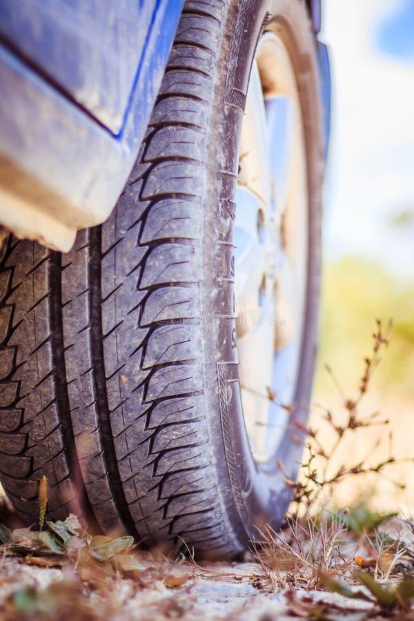 Ciérrese para arriba del neumático en el desierto, safari del coche imágenes de archivo libres de regalías