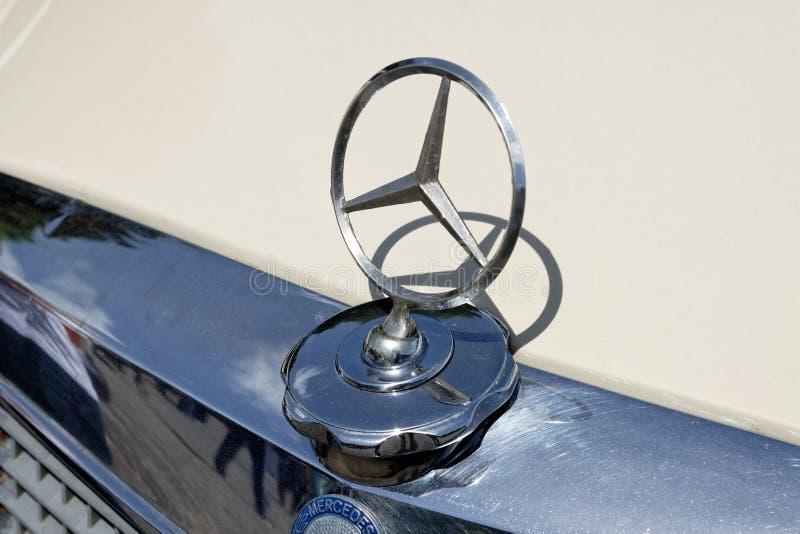 Ciérrese para arriba del ornamento de la capilla de la imagen común automotriz del vintage de Mercedes-Benz W123 foto de archivo