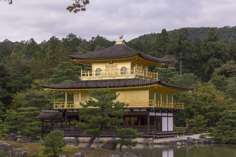 Ciérrese para arriba del pabellón de oro del templo fotos de archivo