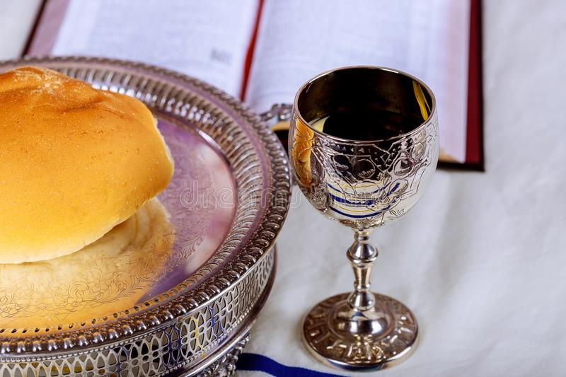 Ciérrese para arriba del pan y de una taza de vino rojo en la tabla de madera para la comunión, concepto cristiano para el record imagen de archivo libre de regalías