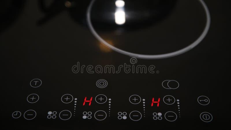 Ciérrese para arriba del panel de control de la estufa eléctrica imágenes de archivo libres de regalías