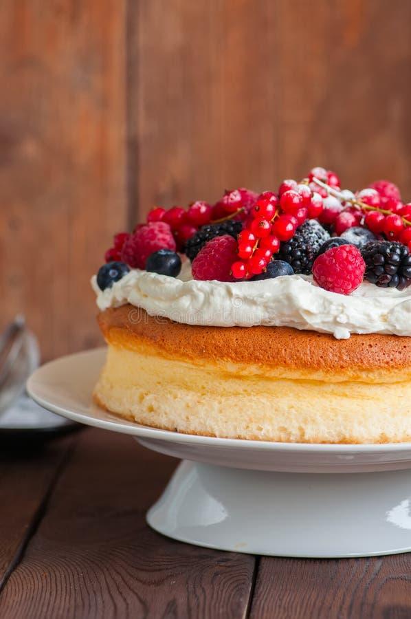 Ciérrese para arriba del pastel de queso japonés mullido hecho en casa del algodón adornado foto de archivo