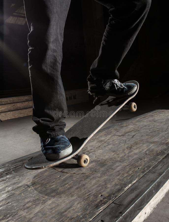 Ciérrese para arriba del patinador que hace truco manual fotografía de archivo