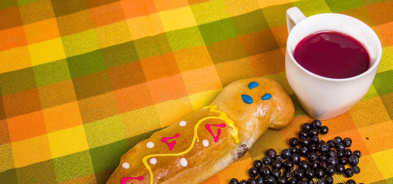 Ciérrese para arriba del plato, del morada y de guaguas ecuatorianos tradicionales de pan del colada con algunos mortinos, sobre  imagen de archivo