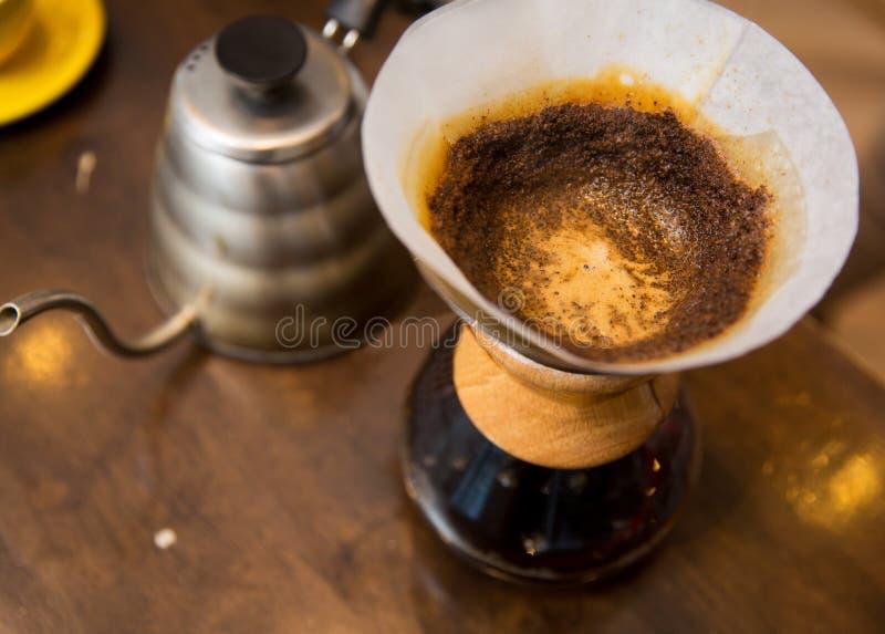 Ciérrese para arriba del pote de la cafetera y del café fotografía de archivo libre de regalías