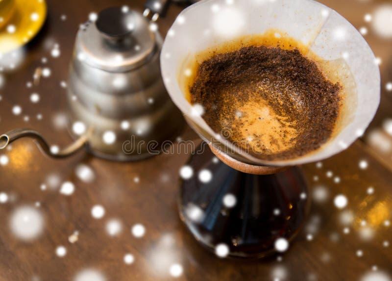 Ciérrese para arriba del pote de la cafetera y del café imagen de archivo